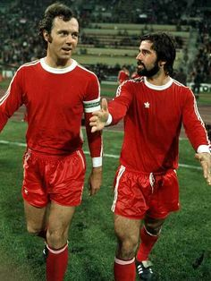 Franz Beckenbuer and Gerd Muller of Bayern Munich in English Football League, Retro Football, Munich, 1970s, Couple Photos, Couples, Celebrities, Collection, Athlete