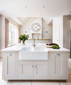 idee deco salon peinture gris taupe, ilot central gris clair, évier blanc, deco de fleurs, horloge vintage, rideaux rouge et blanc