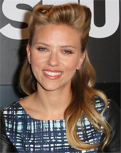 Scarlett Johansson - L'acconciatura ricorda gli anni 40, un semi - raccolto cotonato sulla fronte