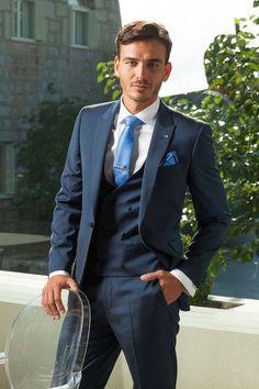 El azul se impone en trajes de novio esta temporada.