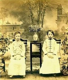 ▫Duets▫groups of two in art photos - The last emperor Pu Yi's two sisters. Old Pictures, Old Photos, Vintage Photos, Last Emperor Of China, China People, Chinoiserie, Asian History, Ancient China, Chinese Culture