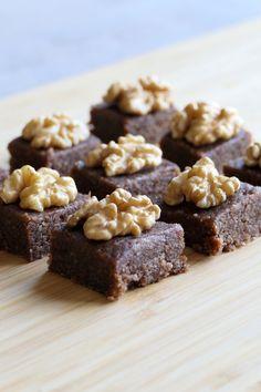 Carrés dattes chocolat et noix de Grenoble Gateaux Vegan, Biscuits, Cereal, Alice, Breakfast, Desserts, Sorbets, Food, Nutrition