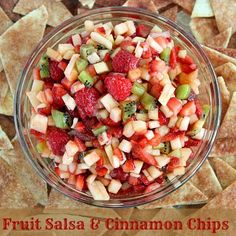 Fruit Salsa and cinnamon chips - This is amazing! Fruit salsa with baked cinnamon chips! Fruit Salsa with Baked Cinnamon Chips Fresh fruit I Love Food, Good Food, Yummy Food, Delicious Recipes, Easy Recipes, Delicious Fruit, Chef Recipes, Fruit Recipes, Appetizer Recipes
