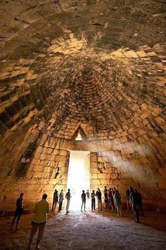 """Το Εσωτερικό του Θησαυρού του Ατρέα ένας εντυπωσιακός """"θόλωτός"""" τάφος σε σχήμα κυψέλης πάνω στο λόφο Παναγίτσα στις Μυκήνες, ένας αρχαιολογικός χώρος Παγκόσμιας Κληρονομιάς της UNESCO , στην βόρειο-ανατολική Πελοπόννησο, Ελλάδα"""