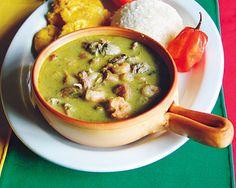 PANAMA:  El plato nacional por excelencia de Panamá es el sancocho, una especie de cocido realizado con diversos tipos de carnes y tubérculos como el ñame, yuca y maíz; es un plato que admite de todo y se toma muy caliente.