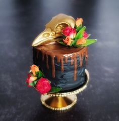 1:6 Scale Miniature CAKE with Raven Skull on Gold Metal Pedestal Stand for HALLOWEEN - Realistic Food for Fashion Dolls and Figures Pedestal Cake Stand, Bird Skull, Good Enough To Eat, Drip Cakes, Melting Chocolate, Party Cakes, Fashion Dolls, Dollhouse Miniatures, Cake Decorating