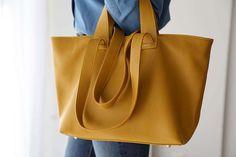 sac-cabas-cuir-jaune (3) Tote Bag, Madewell, Bags, Fashion, Nice Purses, Yellow Leather, Italian Leather, Leather Working, Handbags