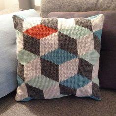 Ravelry: 3D block pillow in Tunisian Crochet/Hakket pude med rombemønster pattern by Sara Louise Bygvra