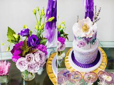 festa em tons de roxo, violeta e dourado inspirada na flor amor perfeito com bolo e doces decorados.