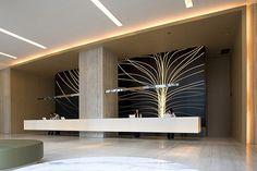 Recepção principal com destaque no invólucro de madeira - floating reception desk