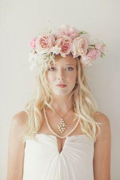 Tocados de flores naturales para una novia romántica