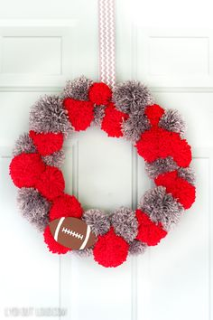 Show off your team pride with a fun pom pom wreath DIY tutorial that uses yarn in your favorite team colors! Add a sporty wood cutout to complete the look! Pom Pom Wreath, Diy Wreath, Burlap Wreath, Crafts To Make And Sell, Crafts For Kids, Diy Crafts, Yarn Crafts, Do It Yourself Organization, Wreath Tutorial