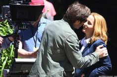 X-Files: David Duchovny and Gillian Anderson film a scene together in Vancouver - June 2015 Hank Moody, Stella Gibbons, Mitch Pileggi, Chris Carter, Dana Scully, David Duchovny, Gillian Anderson, Music Albums, Fb Page