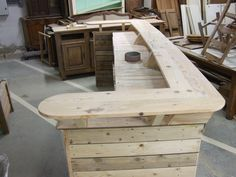 Barra de bar construida íntegramente en madera