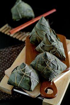 Life is Great: Cantonese Savory Glutinous Rice Dumplings/Zongzi (粽子) Vietnamese Recipes, Asian Recipes, Vietnamese Food, Chinese Recipes, Tamales, Steam Recipes, Dragon Boat Festival, Glutinous Rice, Asian Desserts