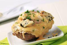 Ingredientes para cuatro personas:  4 patatas medianas 100 g queso cheddar  100 g queso roquefort 4 lonchas de jamón york 50 g mantequilla perejil