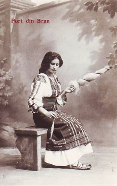Romanian traditional woman costume from Bran area. Traditional Art, Traditional Outfits, Old Photos, Vintage Photos, Folk Costume, Costumes, Eastern Europe, Historical Clothing, Spinning Yarn