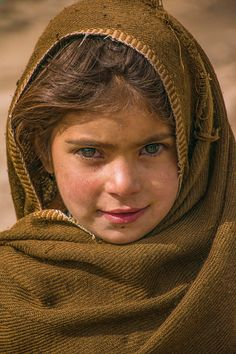 These beautiful photographs by Pakistanis will give you hope for 2017 - Pakistan - DAWN. Emotional Photography, Face Photography, Kids Around The World, People Around The World, Tatuagem Game Of Thrones, Beautiful Eyes, Beautiful People, Afghan Girl, Cute Girl Face