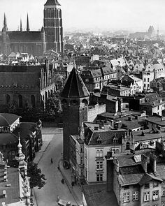 German Empire Kingdom Prussia West Prussia province Danzig: cityscape with 'Marienkirche' - um Photographer: Herbert Hoffmann- Published by: 'Berliner Volkszeitung' Vintage property of ullstein. Danzig, Edge City, Germany And Prussia, Krakow Poland, Old Buildings, Historical Photos, Old Town, Old World, Old Photos
