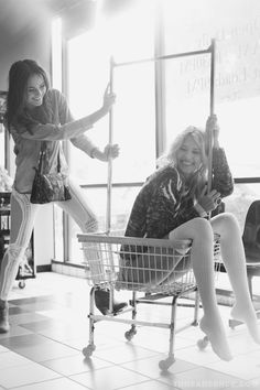 Proof that laundry carts can hold humans. Photoshoot Themes, Photoshoot Inspiration, Mode Disco, Laundry Shoot, Picture Poses, Picture Ideas, Photo Ideas, Photography 101, Friend Photos