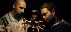 Control Machete, original rap mexicain.  Monterrey à la moitié des années 1990 a été un gros épicentre musical au Mexique. En sortaient des groupes de pop, de métal qui ont bien résonné dans le pays, mais aucun autant que Control Machete, un trio qui a posé les bases du rap local en s'inspirant de ce qui faisait un peu plus au nord (Cypress Hill, Frost, Delinquent Habits). Il y a peu près 2 500 kilomètres d'East Los Angeles jusqu'à l'Etat Nuevo Leon, même avant le Web la musique voyageait…
