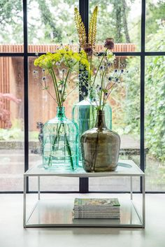 Beautiful vases, huge windows, and lots of natural light and green Vase Vert, Interior Styling, Interior Decorating, Deco Nature, Mawa Design, Green Rooms, Deco Table, Vases Decor, Beautiful Interiors
