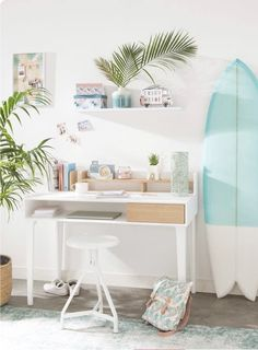 Surfer style home workspace with campervan motifs, surfboard decor and whitewashed colours Beach Room Decor, Beachy Room, Teen Beach Room, Girls Surf Room, Teenage Beach Bedroom, Beach Chic Decor, Room Ideas Bedroom, Bedroom Themes, Surf Theme Bedrooms