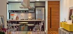 O apartamento de 74 m² teve sala unida à cozinha e a união de dois quartos. Assim, ficou com espaços mais generosos. Acabamentos claros também fizeram a diferença