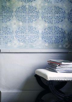 Schabloner målade med matt linoljefärg blågrå och grå umbra, snickerier målade med traditionell linoljefärg grön umbra 15%