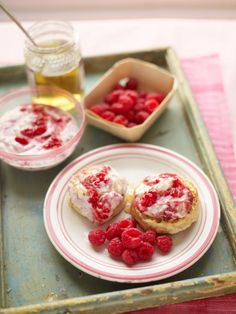 A delicious cinnamon crumpet recipe with raspberries and honey – perfect for brunch or pudding. Learn how to make crumpets with Jamie's easy crumpet recipe. Easy Crumpets Recipe, Homemade Crumpets, Brunch, Crumpet Recipe, Good Food, Yummy Food, Nigella Lawson, Gordon Ramsay, Raspberries