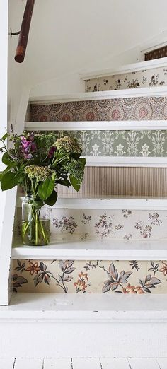 Country Decor - Unique Staircase Design cute for a cottage Palette Deco, Decoration Shabby, Staircase Design, Staircase Ideas, Staircase Decoration, Stairway Decorating, Stair Decor, Country Decor, Country Homes