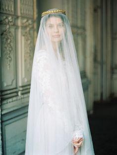 Dress by @abertondesign Foto @tamaragigola  Stiling @abertondesign  Flowers by @dariachikalyuk Make up and hair @nika_mua #weddingdress #weddinggowns #bridesdress #abertondress
