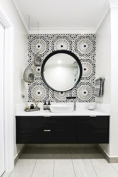 - Modern Interior Designs - In this Melbourne bathroom, a Moroccan inspired Schumacher wallpaper called Nasr. In this Melbourne bathroom, a Moroccan inspired Schumacher wallpaper called Nasrid. Beautiful Bathrooms, Modern Bathroom, Master Bathroom, Gold Bathroom, Small Bathrooms, Basement Bathroom, Moroccan Bathroom, Simple Bathroom, Bathroom Accents