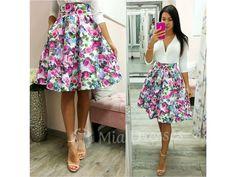 Táto krátka suknička si krásne drží áčkový tvar vďaka spodničke, na ktorej je našitý tyl. Sukňa je pútavá vďaka žiarivým kvetinám vpestrých farbách. Ksukni stačí jednoduchý top, lodičky asoslňujúcim outfitom môžete vyraziť. Pás na sukni nie je elastický a vzadu sa zapína zipsom. Tyl, Floral, Skirts, Dresses, Fashion, Vestidos, Moda, Fashion Styles, Skirt