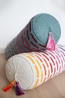 XOXO Pillow pattern by Kirsten Ballering The XOXO pillow is exclusively designed for the Be Inspired Tour You will learn how to crochet this pillow during the workshops in the tour. Crochet Pillow Cases, Crochet Pillow Pattern, Crochet Cushions, Crochet Stitches, Knitted Pillows, Crochet Blankets, Crochet Granny, Knitting Patterns, Crochet Patterns