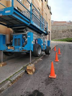 Another Genie #forklift #osha #forkliftlicense #forklifttraining #forkliftcertification #forkliftlabs #safety Construction Fails, Construction Worker, Safety Fail, Safety First, Scaffolding, Stapler, Health And Safety, Dumb And Dumber, Electric