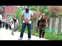 Приколы на улице - парень делает вид, что он ссыт прямо на тротуаре