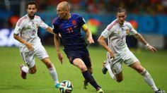 """Arjen Robben de Holanda controla el balón contra Cesc Fabregas (I) and Fernando Torres de España: «2014 FIFA Copa Mundo Brasil, """"todos en un mismo ritmo""""» [viernes, 13 de junio de 2014]."""