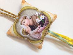 Pingente feito em tecido com estampa de Santo (a), decorado, com fitas coloridas , para pendurar na porta do cômodo.