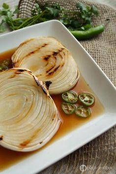 Cebollas asadas marinadas con soya y serrano - Foto (C) Karla P. Hernández de Pizca de Sabor