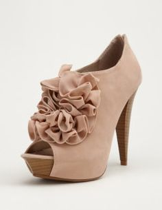the ruffle looks perfect on this shoe #heels