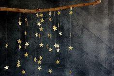 ゆらゆらきらめく星のオーナメントは手づくりで。グリッターペーパーをクラフトパンチで星型にして、テグスにつけたら、ほら完成。