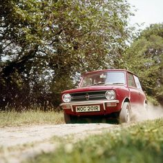 If you saw this 1976 Mini Clubman charging down the hill, what would your reaction be? #TBT #ThrowbackThursday