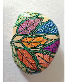 FGHI-craftideas.com presenta la collezione di sassi dipinti a mano da Le Arti di Angela: flora, fauna e suggestioni cromatiche astratte dipinte su pietre di fiume.