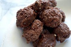 Raw Chocolate Keto Macaroons with chocolate protein powder Chocolate Protein Powder, Raw Chocolate, Paleo Macaroons, Chocolate Macaroons, Keto Protein Powder, Ketogenic Desserts, Healthy Desserts, Healthy Eats
