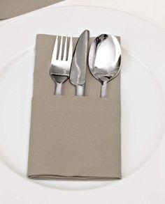 Wenn ihr eine legere Hochzeitsdeko wünscht, bietet sich die Bestecktasche an. Ihr könnt sie auf verschiedene Art und Weisen ganz individuell aufhübschen.