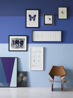 Camaieu de bleu harmonisé a un fauteuil de bois clair, ULTRA RAFFINE