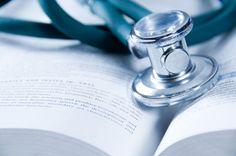 Le médecin du travail ne peut constater l'inaptitude physique du salarié à son poste de travail qu'après deux examens médicaux espacés de deux semaines