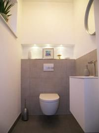 Gäste wc fliesen ideen  Kleines Gäste Wc Modern Stil Für Gästetoilette Mit Fenster Von ...