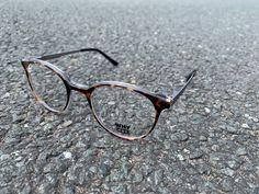 NEW ARRIVALS Transparenz trifft Havanna: Bei dieser schönen Panto-Brille aus der WHY NOT. Kollektion ist die Havanna-Optik auf einen transparenten Rahmen gesetzt worden. Die Bügel sind aus grauem Edelstahl und bilden einen feinen Kontrast zur Front. Havanna, Eyewear, Glasses, Frame, Stainless Steel, Eyeglasses, Eyeglasses, Sunglasses, Eye Glasses